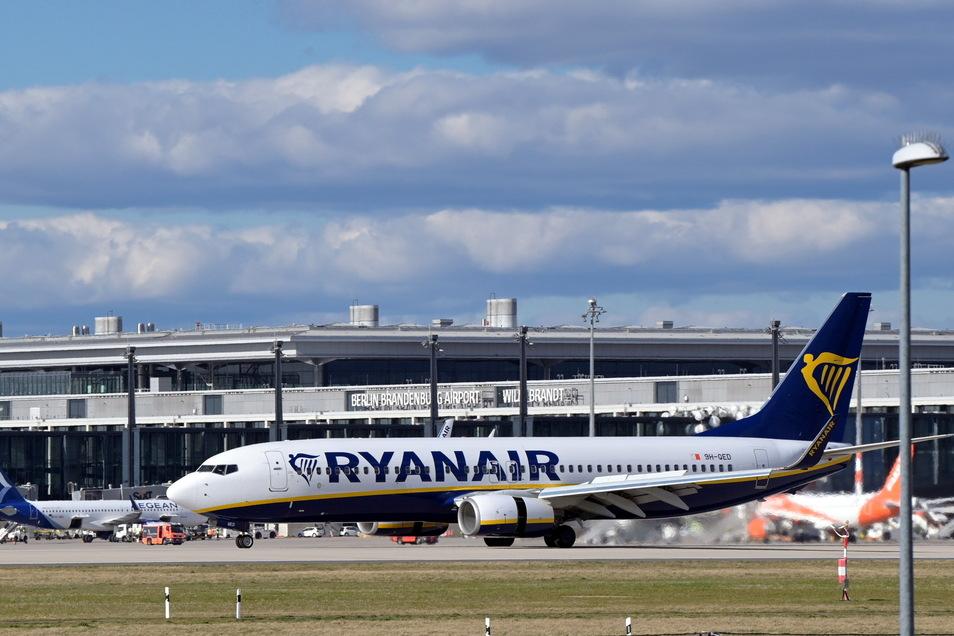 Am Berliner Hauptstadtflughafen BER haben am Sonntagabend Bundespolizisten eine außerplanmäßig zwischengelandete Maschine durchsucht.