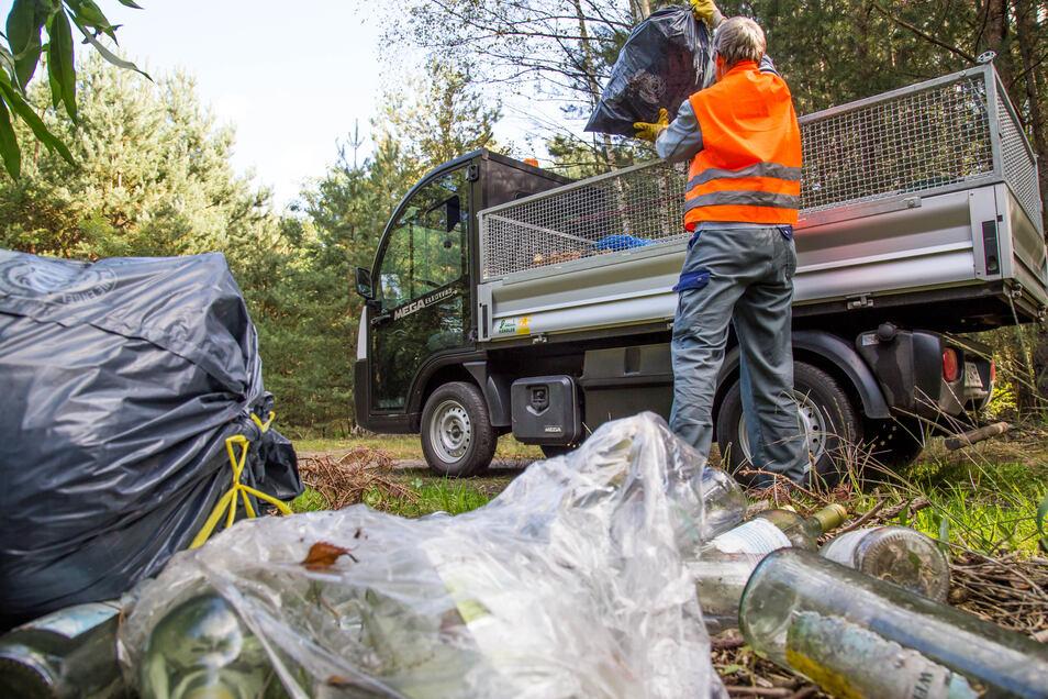 Immer wieder muss in der Dresdner Heide und auf anderen Grünflächen der Stadt illegaler Abfall entsorgt werden. Im vergangenen Jahr kamen mehr als 400 Tonnen zusammen.
