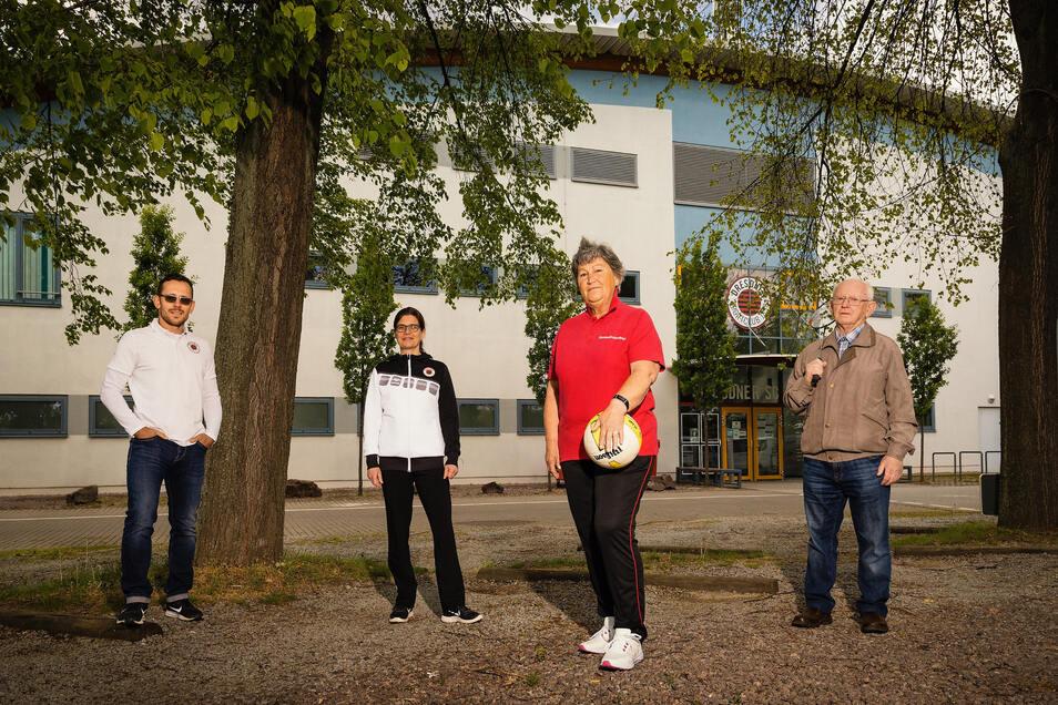 Auf Abstand treffen sie sich vor der geschlossenen Trainingshalle beim Dresdner SC: Der Leitende Sporttherapeut Toni Fercho, Sporttherapeutin Angela Geisler sowie Helga Mohn aus der Lungensport- und Horst Färber (v. l.) aus der Herzsportgruppe.