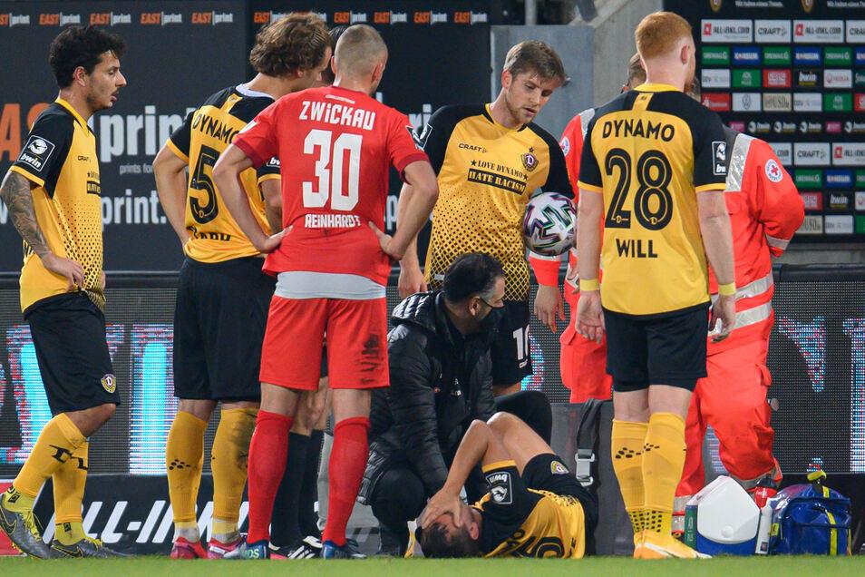 Dynamos Mannschaftsarzt Onays Al-Sadi kümmert sich um Chris Löwe. Ganz schnell geht es für ihn ins Krankenhaus.