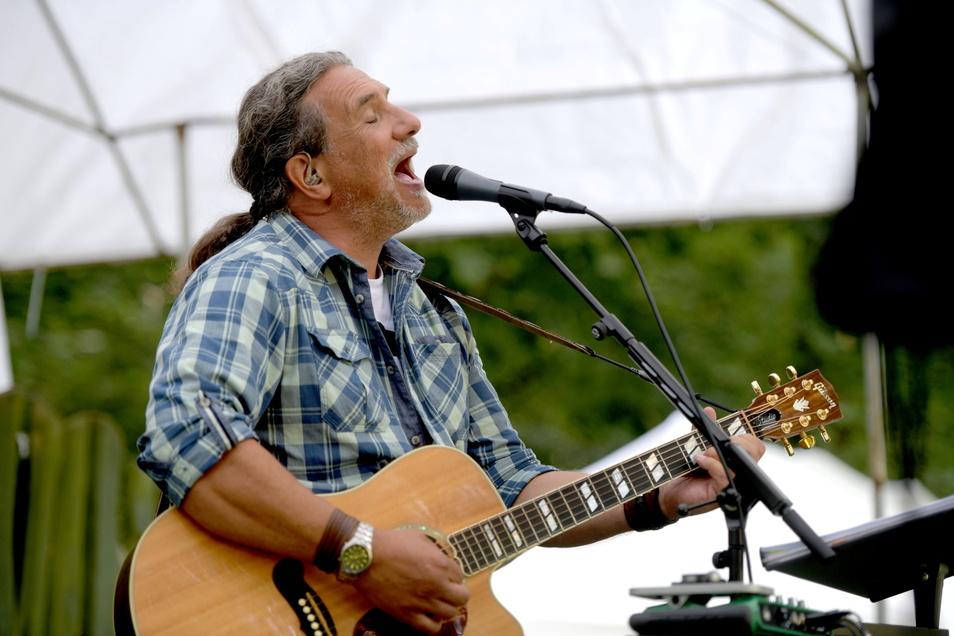 """Der gebürtige Walddorfer Torsten Münnich, der unter dem Namen """"Feuerzeux"""" als Musiker unterwegs ist, sorgte für Musik im Tierpark. Er sang seine Lieder in Oberlausitzer Mundart."""