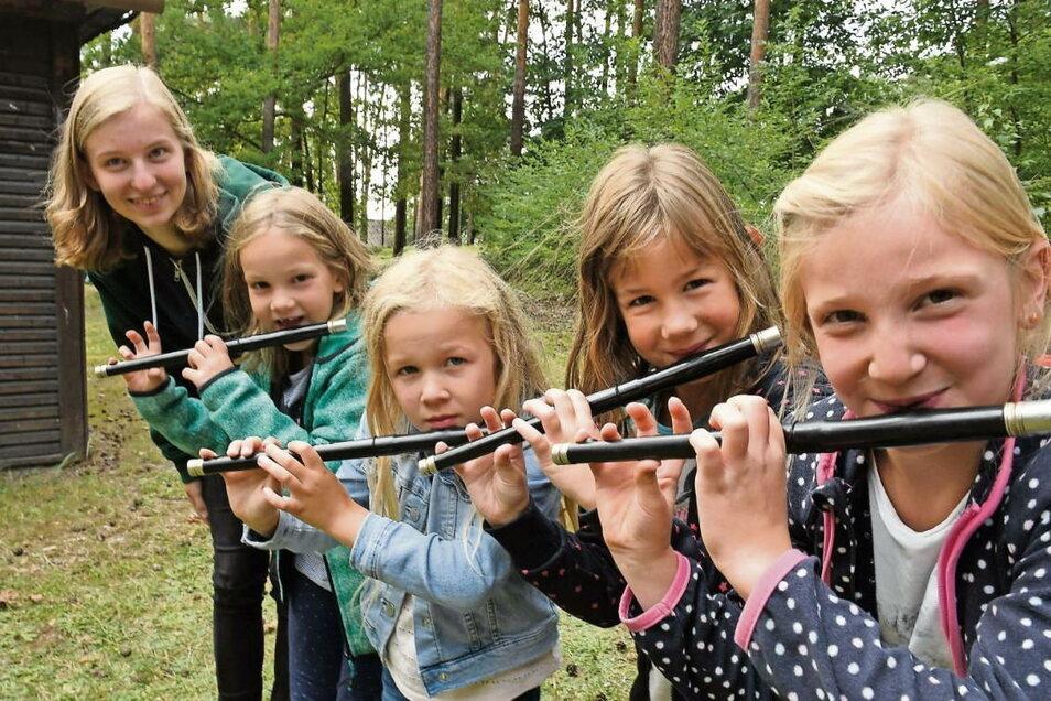Spielmannszug-Übungsleiterin Lisa mit Luise, Katharina, Sienna und Miriam aus der jüngsten Gruppe (v.l.).