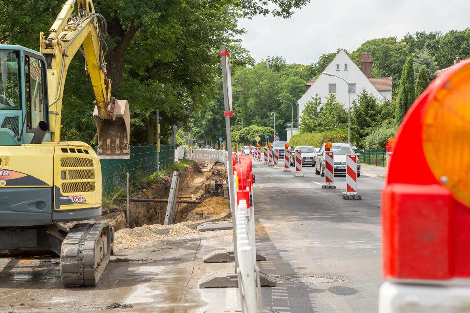 Seit vier Wochen ist die Rothenburger Straße Baustelle der Stadtwerke Niesky. Hier wird die Trinkwasserleitung erneuert und Leerrohre für ein schnelles Internet verlegt. Bis Ende August sind die Arbeiten vorgesehen.