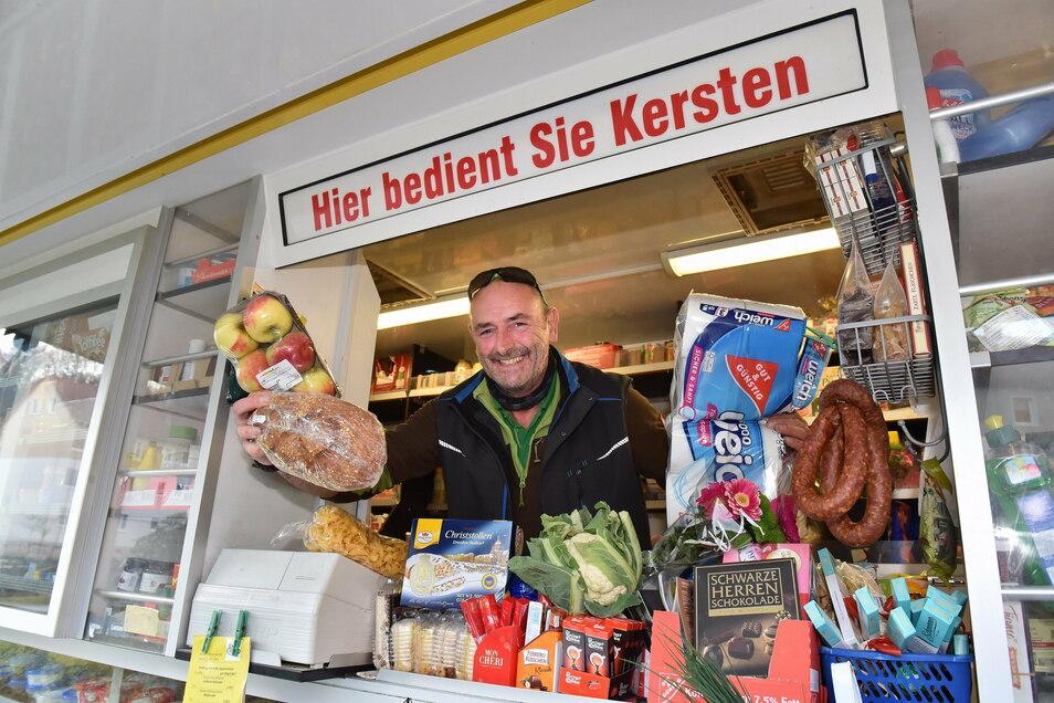 """Rettet den Leuten den Tag: Kersten Vießmann (52) in seinem Verkaufswagen am Haltepunkt Schlottwitz. """"Es muss familiär zugehen, das ist meine Einstellung."""""""