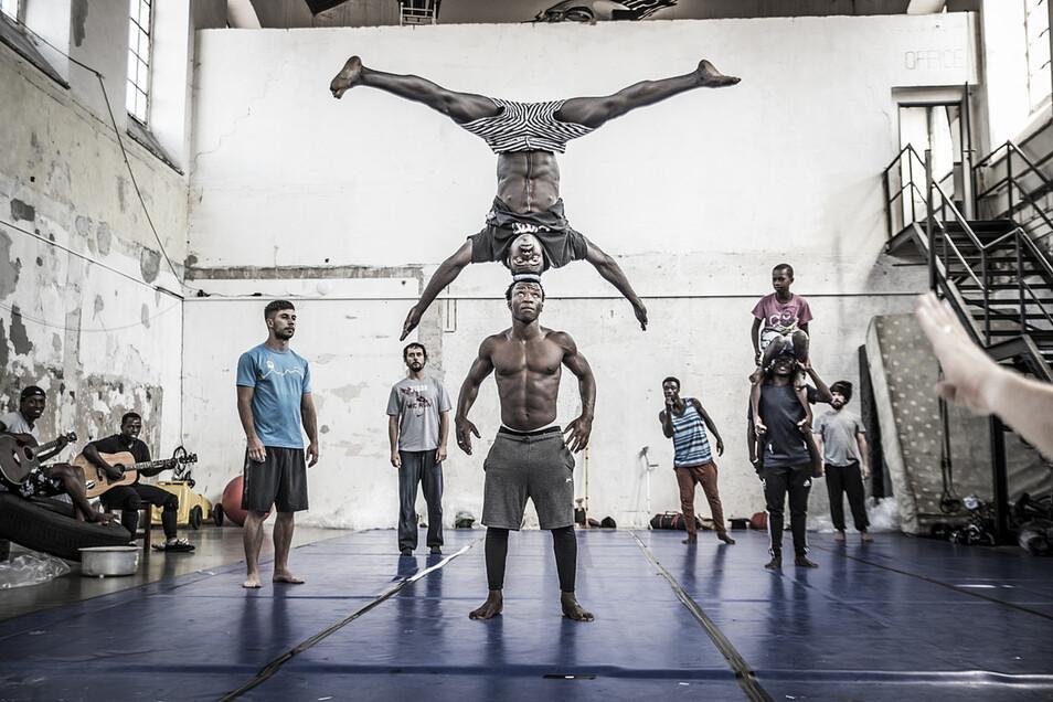 Rostislav Novák, Direktor des Prager Cirk La Putyka , plant eine gemeinsame Aufführung mit einer Akrobatentruppe aus Ruanda.