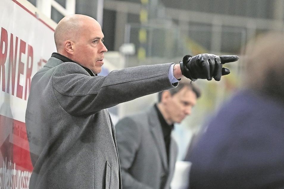 Füchse-Trainer Corey Neilson war besonders im zweiten Drittel in Freiburg unzufrieden mit seiner Mannschaft.