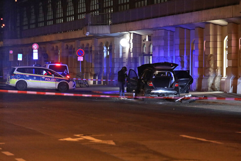 Bei der Kontrolle des Mercedes fanden die Beamten ein unglaubliches Waffenarsenal.