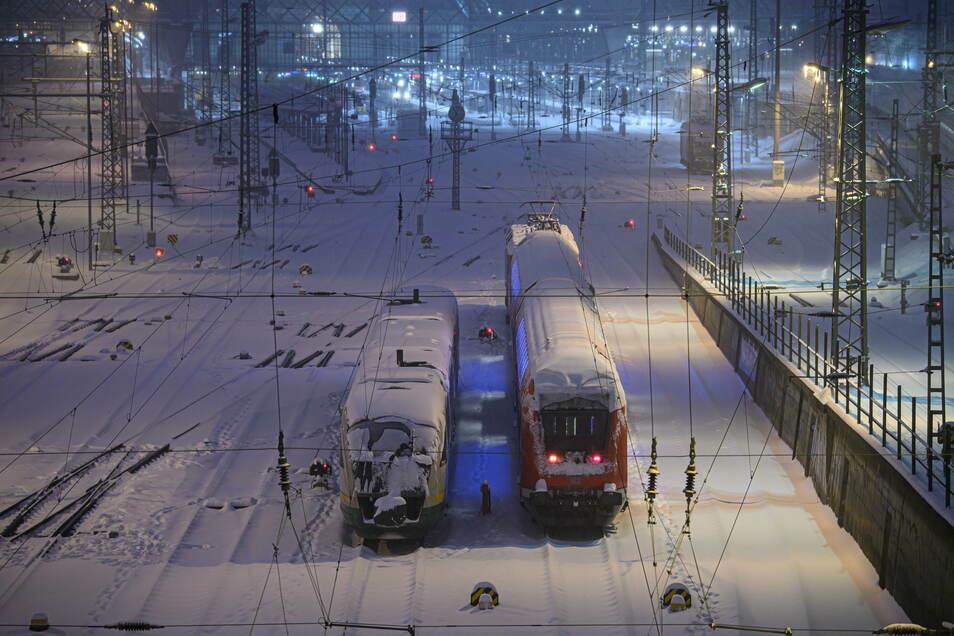 Ein Trilex-Zug steht am Montag neben einer S-Bahn auf verschneiten Gleisen am Dresdner Hauptbahnhof.