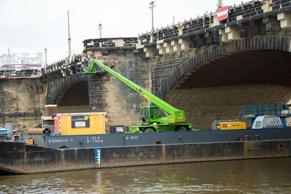 Vom Schiff aus wird dieser Sandsteinpfeiler der Augustusbrücke neu verfugt und ausgebessert.