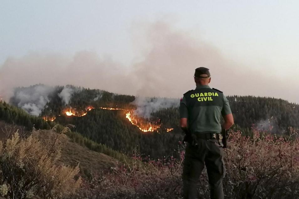 In den Bergen der spanischen Urlaubsinsel ist ein schwerer Waldbrand ausgebrochen. Besonders betroffen sind die Gemeinden Tejeda, Artenara und Gáldar.