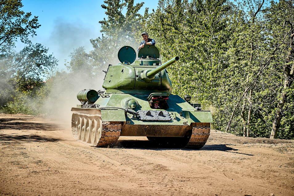 Solch ein sowjetischer T34 rollt zwar nicht über die Straßen, aber vielleicht ist er auf der Ladefläche eines Lkw mit dabei.