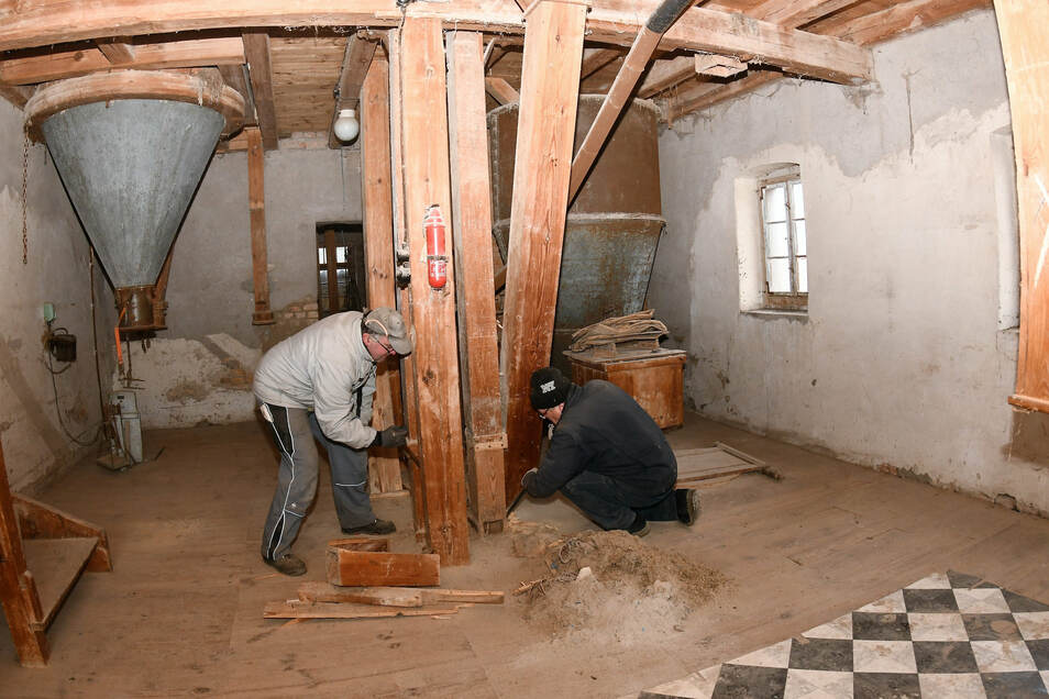 Zwei der fleißigen Helfer beim Arbeitseinsatz in der alten Mühle: Mario Stiller (links) und Wilfried Laube bauen eine hölzerne Einrichtung zum Transport der Körner in der Wassermühle aus.