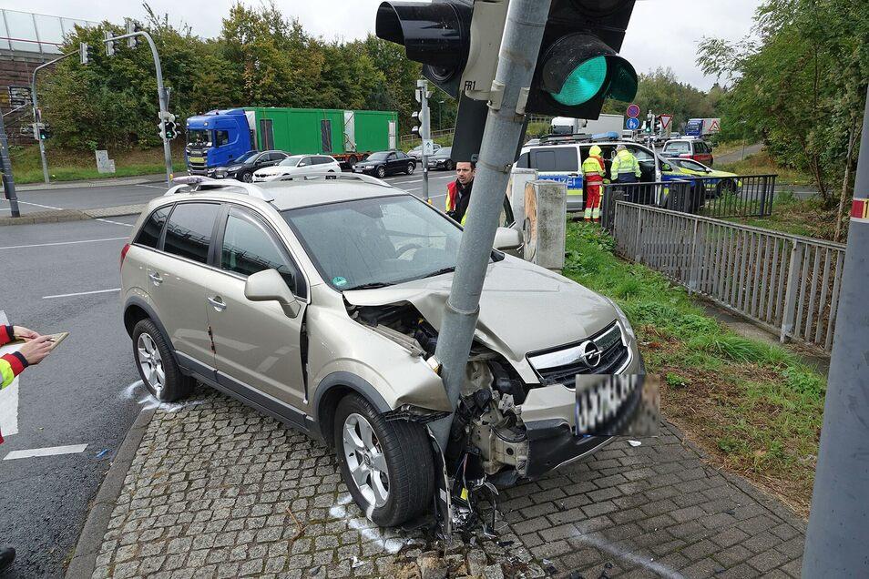 Der Fahrer dieses Opel Antaras kam in Höhe der Autobahnabfahrt Altstadt von der Straße ab und rammte eine Ampel.