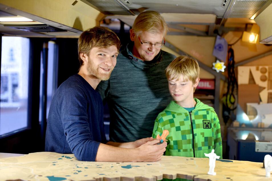 """Benno Brucksch ( l.) vom """"Fabmobil""""-Team mit Marven und sein Vater Sylvio Pfeiffer-Prauß."""