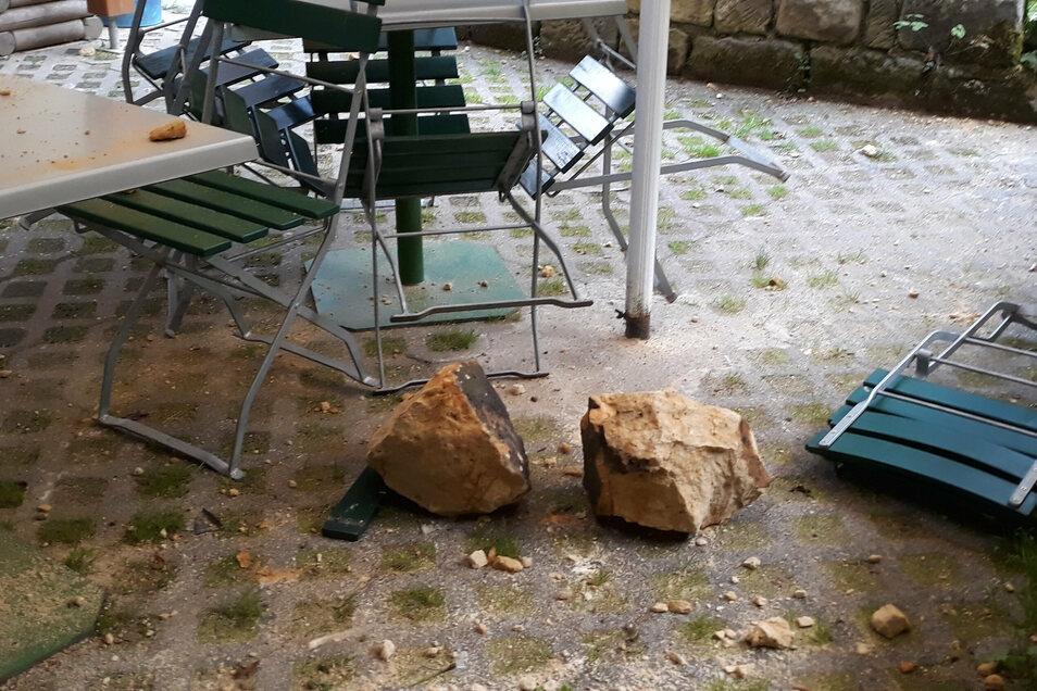 Die Gesteinsbrocken sind im Garten der Gaststätte in Kohlmühle bei Hohnstein eingeschlagen.