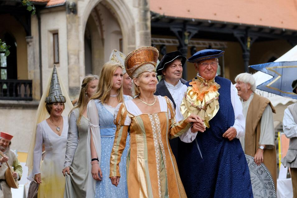 Mittelalterlich ging es zu bei der Eröffnung der Burgfestspiele auf dem Burghof in Meißen.