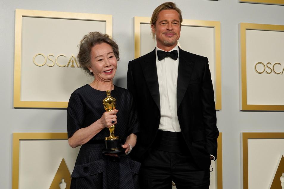 Brad Pitt, Schauspieler, und Yuh-Jung Youn, Schauspielerin, mit dem Oscar für die beste Nebendarstellerin in «Minari».