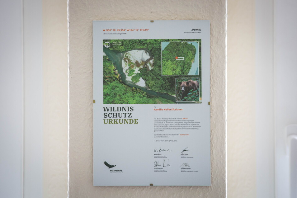 Eine Wildnisschutzurkunde schmückt die Wand in der orthopädischen Praxis.