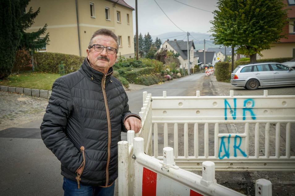 Wolfgang Domula ist genervt: Nur zwei Wochen, nachdem der Breitbandausbau in Callenberg bei Crostau abgeschlossen war, ist die Straße vor seinem Haus wieder offen - vermutlich wegen Baupfusch.