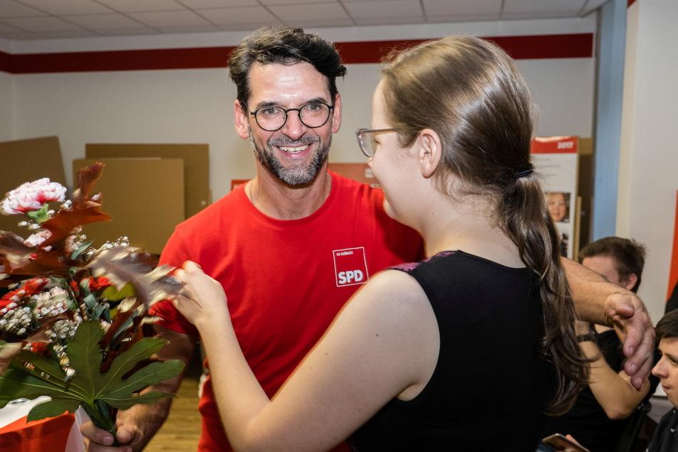 Ausgelassene Stimmung beim Görlitzer SPD-Direktkandidaten Harald Prause-Kosubek nach den ersten Prognosen und Hochrechnungen.