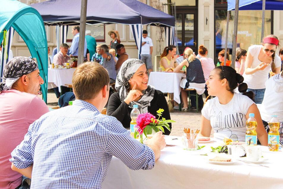 Stadtfrühstück 2019 auf dem Pirnaer Markt: Gemeinsam essen, gemeinsam plaudern.