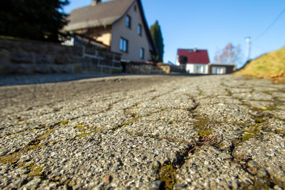 Die Straßenschäden gehören zur Straße Am Hutehof dazu. Nach einer kurzen Strecke gleicht sie nur noch einem  Feldweg.