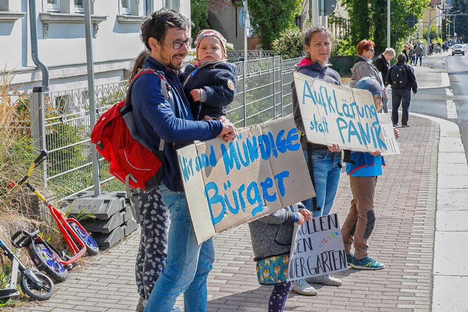 Wie diese Familie fanden sich Hunderte am Freitagvormittag zum stillen Protest an der B 96 von Zittau bis Oppach ein.