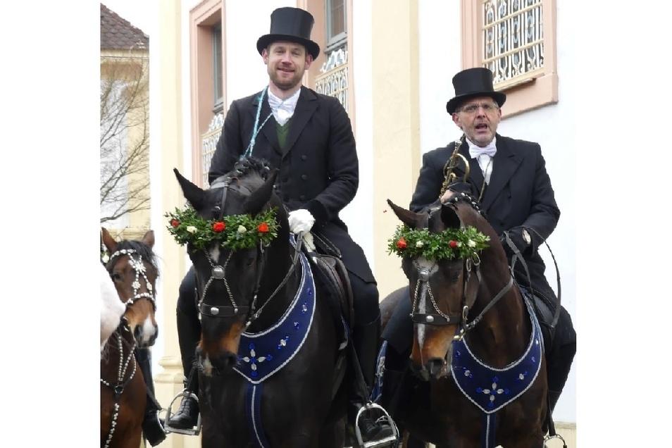 Hubertus Ebermann (rechts) mit seinem Sohn Jakob zu Pferde beim Saatreiten am Kloster St. Marienthal.