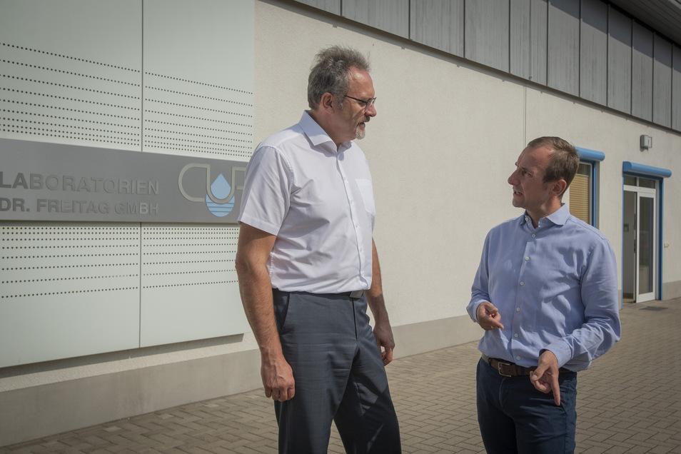 """""""Wir brauchen mehr Zuzug von ausländischen Forschern"""", sagte Dr. Dirk Freitag-Stechl (r.), Chef der Firma CUP Laboratorien Dr. Freitag. Wirtschaftsstaatssekretär Stefan Brangs (SPD) besuchte das Unternehmen in Radeberg."""