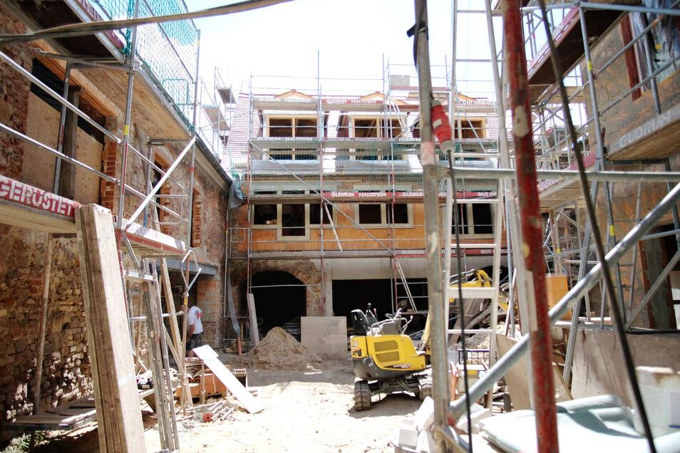 Im Innenhof an der Görnschen Gasse 2/3 nehmen das neu aufgebaute Hinterhaus sowie modernisierte Laubengänge Gestalt an.