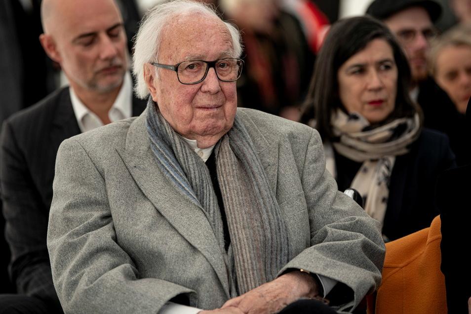 Heiner Pietzsch half seit 1990 in Dresden den Staatlichen Kunstsammlungen bei Ankäufen und schenkte Werke unter anderem von Rebecca Horn oder Gotthard Graupner.