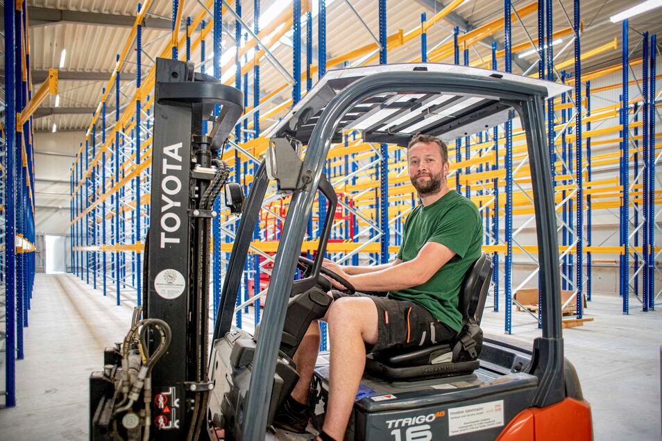 Jan Schreiber ist der Lagerleiter bei der SHZ Hebe- und Zurrtechnik Großröhrsdorf. Er wirft schon mal einen Blick in die neue Halle, die noch in diesem Monat in Betrieb genommen werden soll.