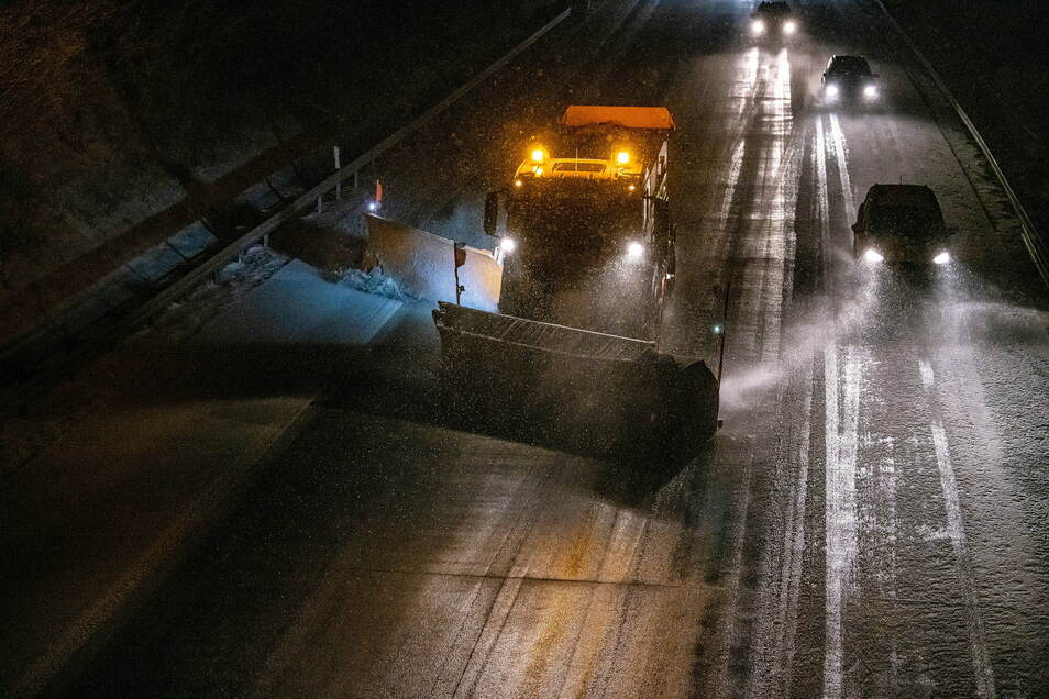 Das Symbolfoto zeigt eine Autobahn, auf der ein Winterdienst unterwegs ist.