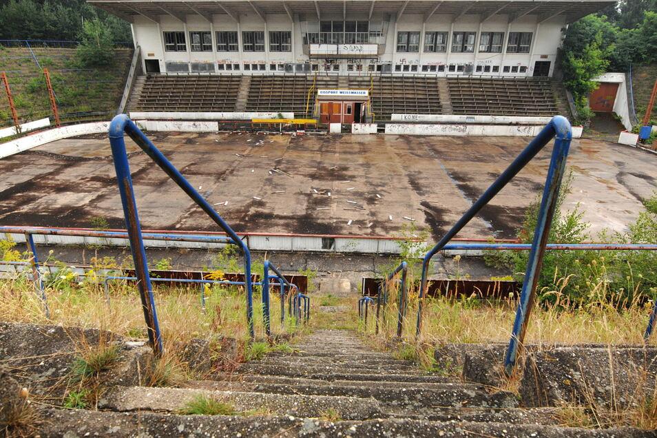 Erst verfallen, dann abgerissen: Das Freiluftstadion war einst eines der modernsten in Europa. Im Oktober 2010 begann der Abriss, an gleicher Stelle entstand für rund 16 Millionen Euro die neue Halle, die im September 2013 eröffnet wurde.