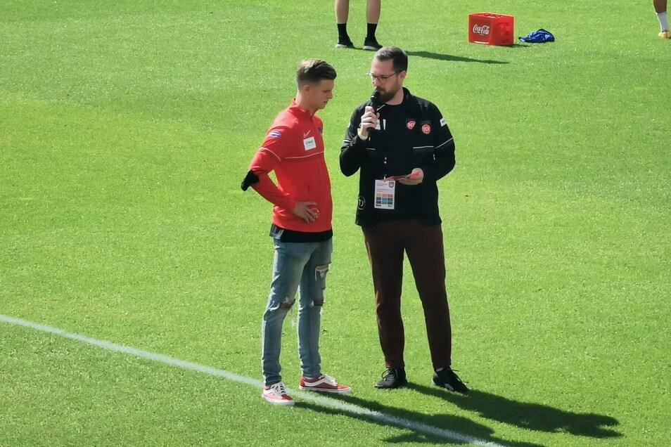Diesmal als Zuschauer dabei: Ex-Dynamo Dzenis Burnic, hier im Gespräch mit dem Stadionsprecher kurz vorm Anpfiff, fällt mit einem Muskelfaserriss aus.