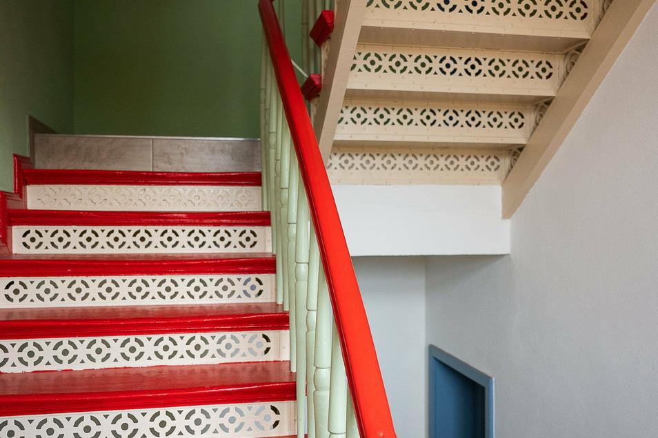 Die Treppenhäuser auf der Helmut-von-Gerlach-Straße 28 strahlen wieder in den Originalfarben.
