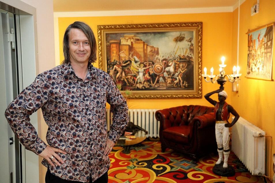 Marcus Steinecker begrüßt die Gäste im Foyer seines Hotels.