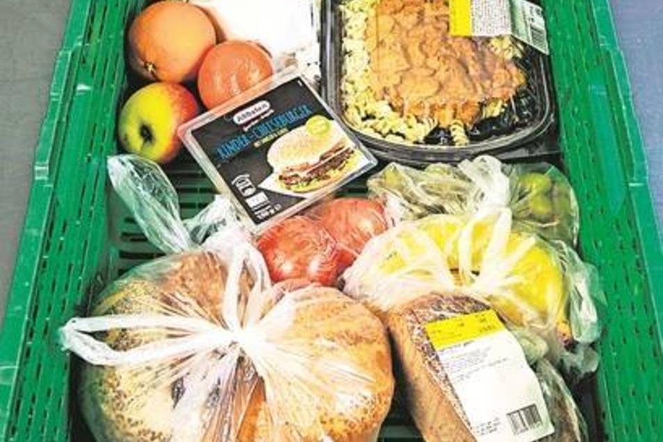 Die Kiste für einen Obdachlosen ist übersichtlich, da sie für den sofortigen Verzehr gedacht ist. Weil Kochmöglichkeiten fehlen, sind Dinge enthalten, die gleich gegessen werden können und ein oder zwei Tage reichen.