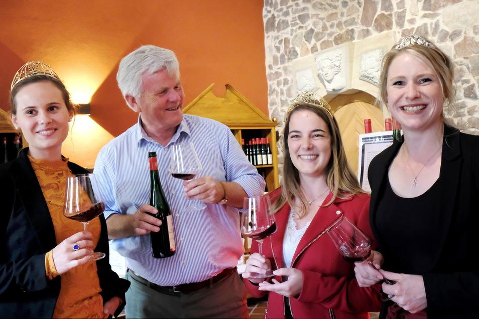 Herzliche Begegnung in der Vinothek: Die Weinkönigin Eva Lanzerath (2.v.r.) besuchte gemeinsam mit Weinprinzessin Eva Müller (l.) Schloss Proschwitz. Hier wurden sie von Georg Prinz zur Lippe und Sachsens Weinprinzessin Ann-Kathrin Schatzl empfangen.
