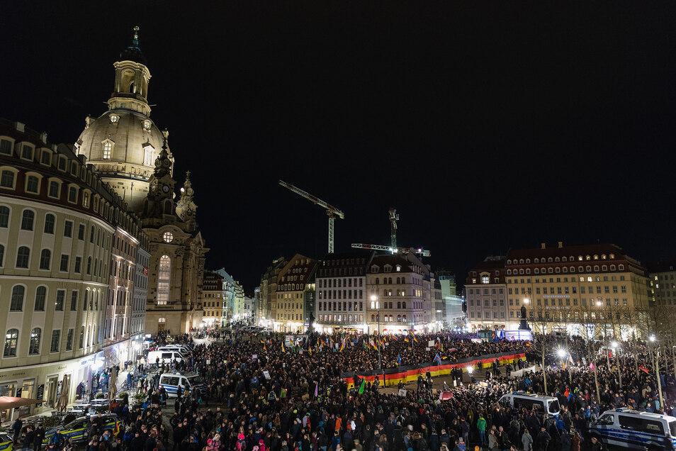 Tausende kamen am Montagabend zu Pegida, Tausende gingen zeitgleich zum Gegenprotest auf den Neumarkt.