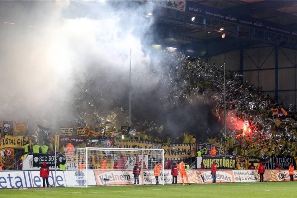 Weißer Rauch im Stadion.