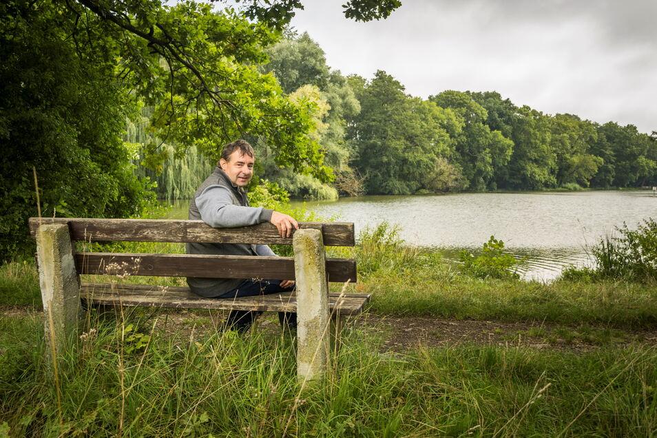 """Rainer Fleck hat die Erneuerung der Bänke am Merzdorfer Teich in Riesa im Rahmen des Bürgerhaushalts angeregt. Etwa ein Dutzend Sitzgelegenheiten gibt es rund um das Gewässer, das der Merzdorfer selbst gern besucht. """"Das ist eine absolute Idylle hier"""", fi"""