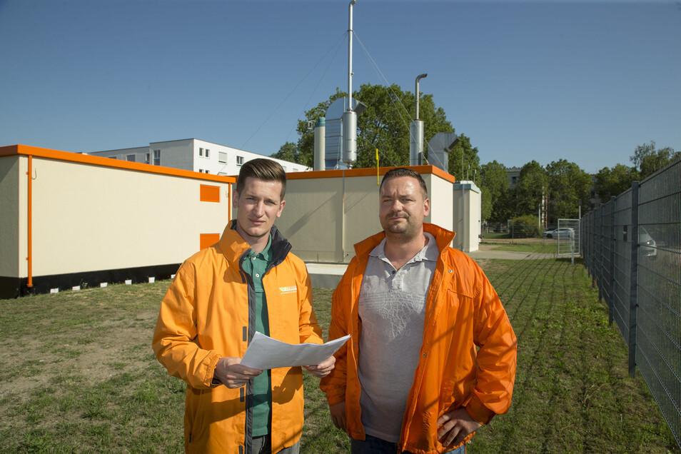 Bald geschafft: Steffen Krechlak (li.) und Ralf Kretzschmar von den Stadtwerken Riesa sind für den Bau des neuen Blockheizkraftwerks an der August-Bebel-Straße verantwortlich. Rechts im Hintergrund ist das Landratsamt Heinestraße zu erkennen.