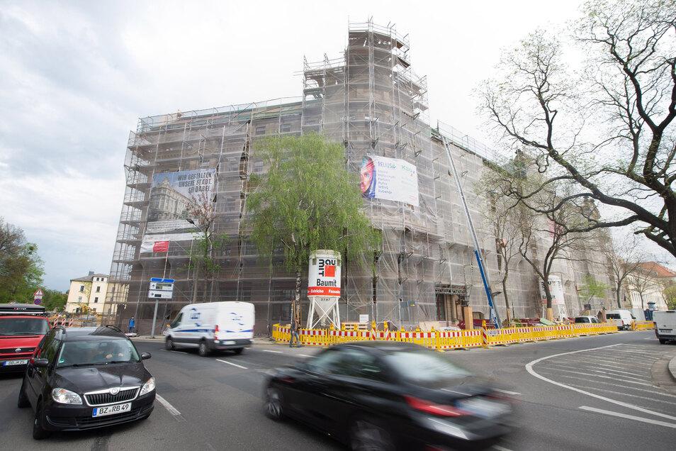 Gerüste ragen am Palaisplatz empor. Das 120 Jahre alte Eckgebäude wird saniert. Dabei werden auch viele alte Bauteile restauriert.
