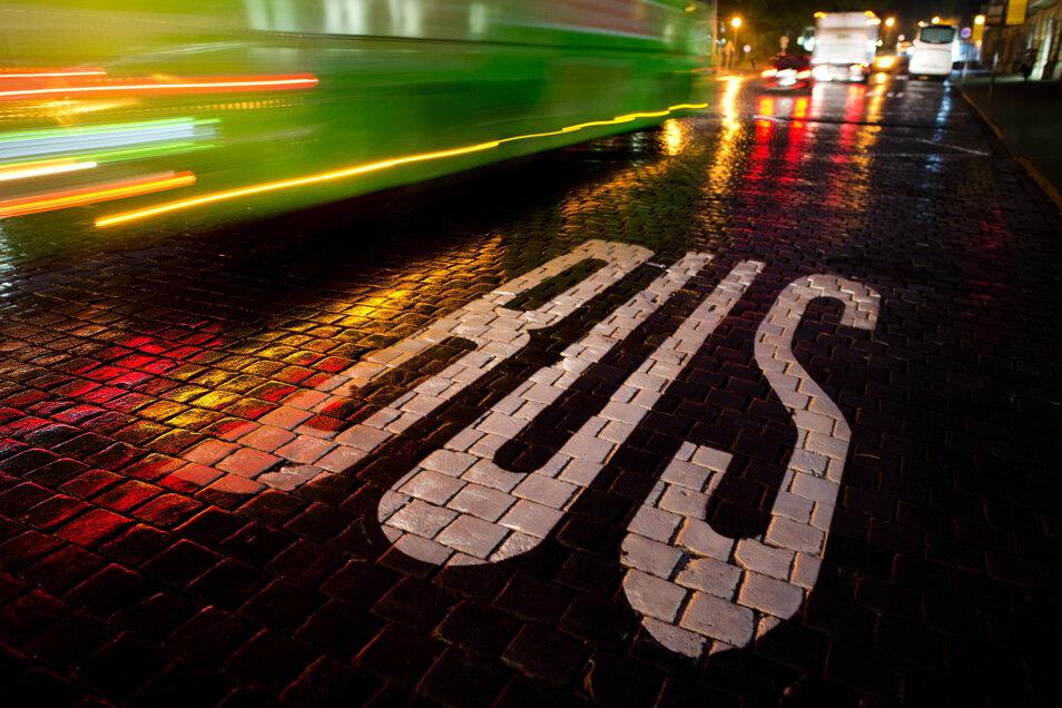 In Dresden soll es noch mehr zentrale Stellen für Autos, Busse, Bahnen, E-Räder und E-Scooter geben.
