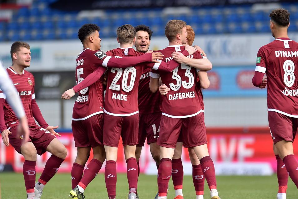Die Mannschaft freut sich über den klaren 4:0-Sieg gegen den SV Meppen. Ein Dynamo-Profi stach heute heraus.