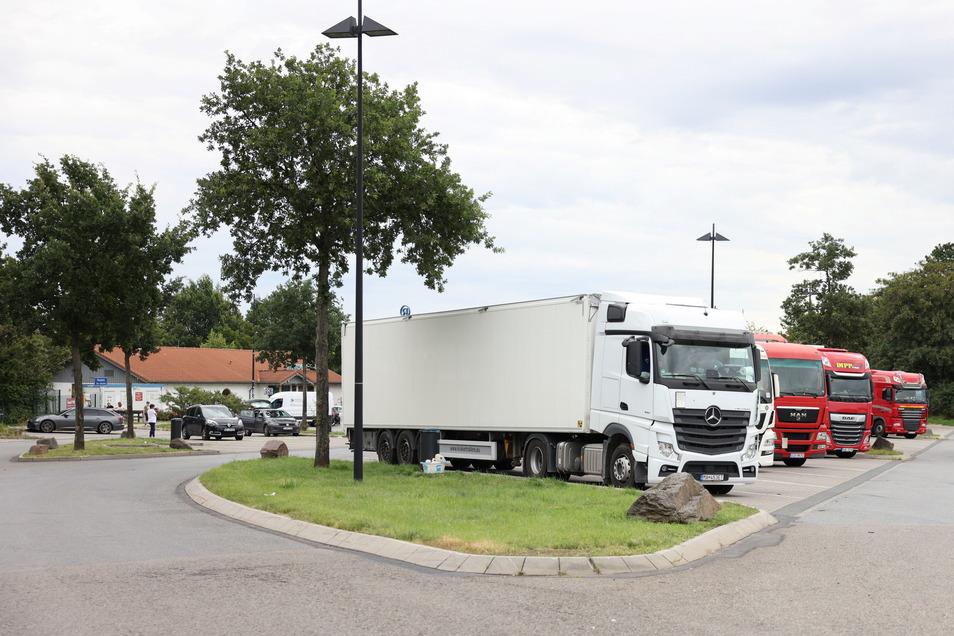 Auf dem Rastplatz Hansens Holz an der A 14 soll ein Mann im Herbst 2019 zwischen zwei Lastern eingeklemmt worden sein.