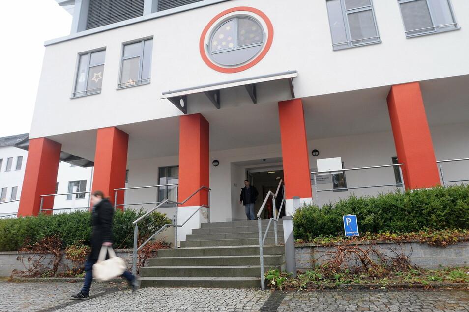 Das Eingangsportal des Ebersbacher Krankenhauses heute.