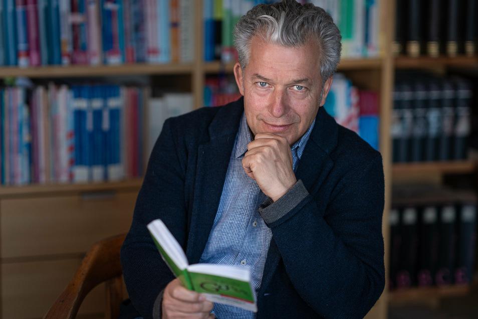 Am Sonntag kommt Autor Peter Ufer nach Radeburg. Im Kulturbahnhof zelebriert er einen satirischen Heimatabend. Der Bahnhof meldet sich mit der Lesung nach der Corona-Pause zurück.