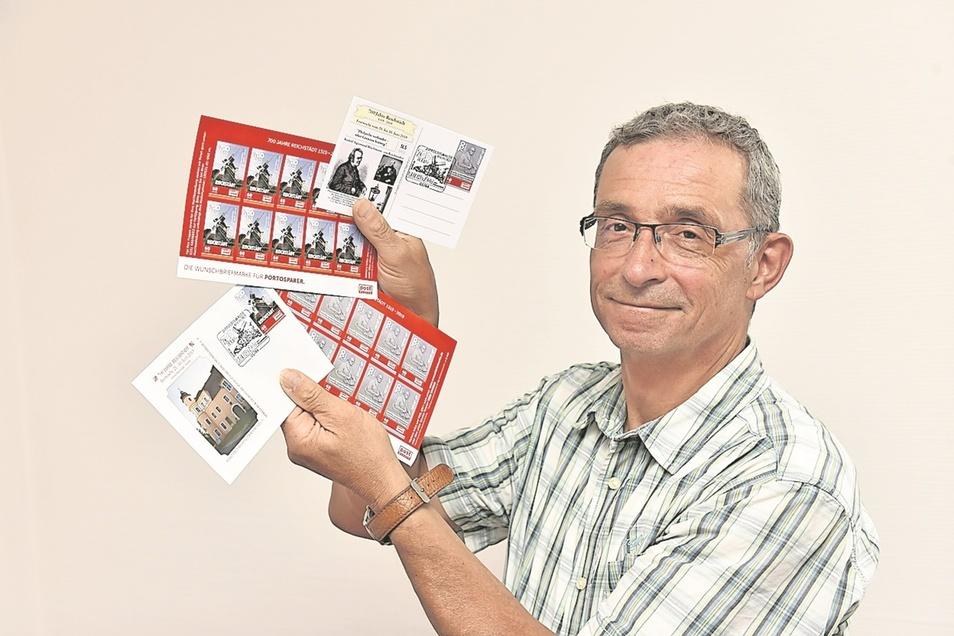 Axel Bellmann zeigt die Reichstädter Sondermarken.
